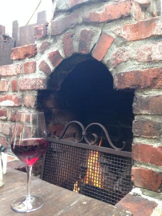 Hog's Breath Inn, lò sưởi và vang