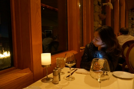 nhà hàng vào đêm, ánh lửa lập loè từ lò sưởi bên ngoài trời