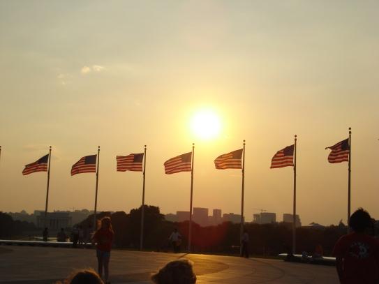 hàng cờ quanh Washington Monument trong ánh hoàng hôn