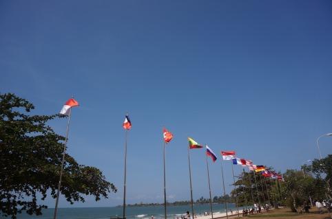 hàng cờ dọc bãi biển Sokha